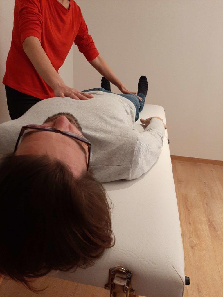 kinésithérapeute exerçant La MTI (microkiné) sur un client